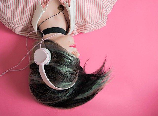 dziewczyna słuchanie muzyki